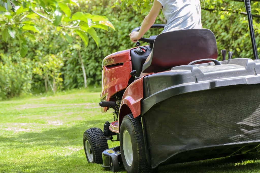 mowing the grass 1438159 1920
